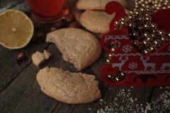 Bożenarodzeniowa herbata z ciastkami, boże narodzenie zabawkami i cukierkami, Zdjęcia Royalty Free