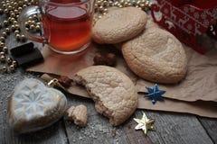 Bożenarodzeniowa herbata z ciastkami, boże narodzenie zabawkami i cukierkami, cytryna, Obrazy Royalty Free
