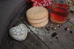 Bożenarodzeniowa herbata z ciastkami, boże narodzenie zabawkami i cukierkami, cytryna, Zdjęcia Royalty Free