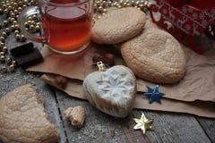 Bożenarodzeniowa herbata z ciastkami, boże narodzenie zabawkami i cukierkami, cytryna, Fotografia Stock