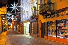 Bożenarodzeniowa iluminacja na ulicie przy wieczór w albumach, Włochy. Obraz Stock