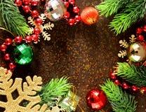Bożenarodzeniowa jedlinowego drzewa rama z dekoracją Zdjęcia Royalty Free
