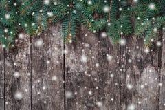 Bożenarodzeniowa jodła rozgałęzia się na drewnianym tle Xmas i Szczęśliwy nowego roku skład obraz royalty free