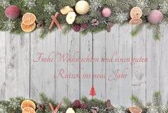 Bożenarodzeniowa jodła rozgałęzia się z Bożenarodzeniowymi owoc, białymi płatkami śniegu i tekstem, jako granica przeciw drewnian royalty ilustracja