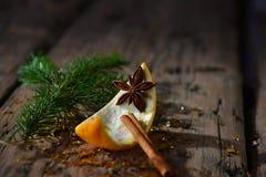Bożenarodzeniowa Karmowa dekoracja, pomarańcze, cynamon, anyż, jodły gałąź Fotografia Stock