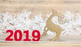 Bożenarodzeniowa kartka z pozdrowieniami z ornamentami na drewnianym tle obrazy royalty free