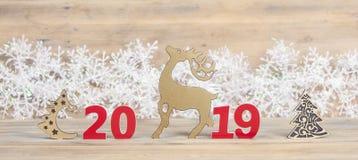 Bożenarodzeniowa kartka z pozdrowieniami z ornamentami na drewnianym tle fotografia royalty free