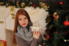 Bożenarodzeniowa kobieta z prezenta pudełkiem Zdjęcia Royalty Free