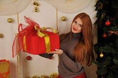 Bożenarodzeniowa kobieta z prezenta pudełkiem Zdjęcie Stock