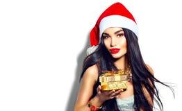 Bożenarodzeniowa moda modela dziewczyna trzyma złotego prezenta pudełko Fotografia Stock