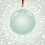 Bożenarodzeniowa NewYear piłka z tasiemkowym obwieszeniem na płatka śniegu backgro Fotografia Royalty Free
