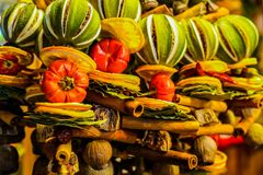 Bożenarodzeniowa owocowa dekoracja Cynamon, wapno, pomarańcze zdjęcia stock