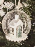 Bożenarodzeniowa piłka, boże narodzenie dekoracje, śnieżni boże narodzenia Fotografia Royalty Free