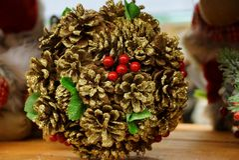 Bożenarodzeniowa piłka brązów rożki i czerwone jagody na stole zdjęcia stock