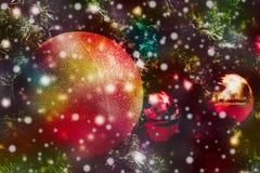Bożenarodzeniowa piłka z śnieżnym spadkiem Obrazy Stock