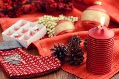 Bożenarodzeniowa piłka z zakopywać świeczki i czerwieni faborek Zdjęcia Stock