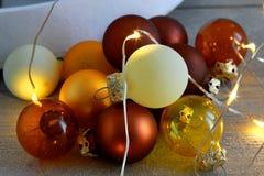 Bożenarodzeniowa piłki dekoracja z DOWODZONYMI światłami i Drewnianym tłem Obraz Royalty Free