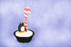 Bożenarodzeniowa pingwin babeczka z białym fondant mrożeniem Obrazy Stock