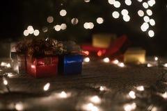 Bożenarodzeniowa prezentów pudełek dekoracja z bokeh zaświeca tło Obraz Royalty Free