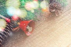 Bożenarodzeniowa rocznik karta Iglaste gałąź i płatki śniegu na wo Zdjęcie Royalty Free