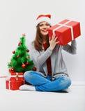 Bożenarodzeniowa Santa kobieta z boże narodzenie prezentem uśmiechnięty wom Obrazy Royalty Free