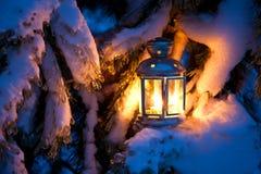Bożenarodzeniowa scena wypełniam latarniowy płonący jaskrawy z śniegiem zakrywał drzewa - olej - obraz royalty free