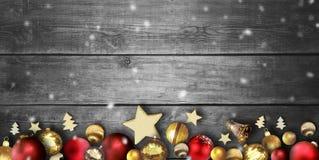 Bożenarodzeniowa scena z drewnianej deski tłem i boże narodzenie piłkami zdjęcia stock
