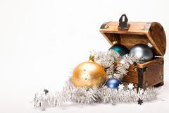 Bożenarodzeniowa skarb klatki piersiowej Xmas piłek dekoracja Obrazy Stock