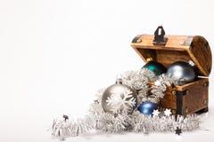 Bożenarodzeniowa skarb klatki piersiowej Xmas piłek dekoracja Zdjęcia Royalty Free