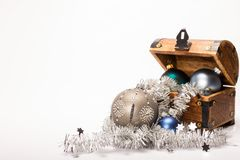 Bożenarodzeniowa skarb klatki piersiowej Xmas piłek dekoracja Zdjęcie Royalty Free