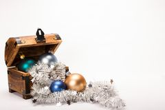 Bożenarodzeniowa skarb klatki piersiowej Xmas piłek dekoracja Fotografia Royalty Free