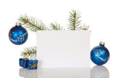 Bożenarodzeniowa sosnowa gałązka, dwa piłki, małych prezenty i pusta karta odizolowywająca na bielu, Fotografia Royalty Free