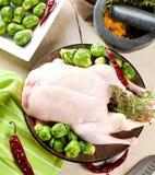 Bożenarodzeniowa surowa kaczka słuzyć na kuchennym stole obraz royalty free