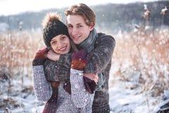 Bożenarodzeniowa szczęśliwa para w miłość uścisku w śnieżnej zimy zimnym lesie, kopii przestrzeni, nowego roku partyjny świętowan fotografia royalty free