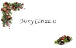 Bożenarodzeniowa tło etykietki sosna konusuje czerwone jagody i wsiadająca świąteczną girlandą Fotografia Royalty Free