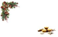 Bożenarodzeniowa tło etykietki sosna konusuje czerwone jagody i wsiadająca świąteczną girlandą Fotografia Stock