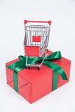 Bożenarodzeniowa teraźniejszość i wózek na zakupy Obrazy Royalty Free