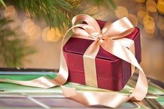 Bożenarodzeniowa teraźniejszość na świątecznym zaświecającym tle obrazy stock