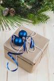 Bożenarodzeniowa teraźniejszość z świątecznym ulistnieniem i błękitnymi dekoracjami Zdjęcia Stock