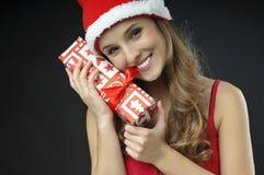 Bożenarodzeniowa Uśmiechnięta dziewczyna zakrywający prezenty Fotografia Stock