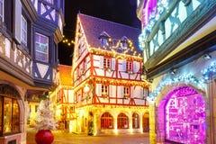 Bożenarodzeniowa ulica przy nocą w Colmar, Alsace, Francja obraz royalty free