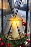 Bożenarodzeniowa uliczna dekoracja Duża biała płonąca świeczka w słoju candleholder wśrodku dużego rocznika lampionu dekorował z  obrazy royalty free