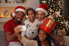 Bożenarodzeniowa urocza afro Amerykańska rodzina robi selfie Zdjęcie Royalty Free