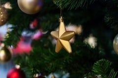 Bożenarodzeniowa wakacyjna dekoracyjna złota gwiazda Zdjęcie Royalty Free