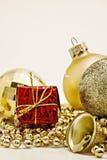 Bożenarodzeniowa złocista dekoracja, piłki, koraliki, dzwonu zamknięty up odizolowywający Obrazy Royalty Free
