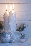 Bożenarodzeniowe świeczki na rocznik białych desek tle Zdjęcia Royalty Free