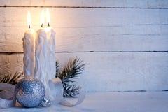 Bożenarodzeniowe świeczki na rocznik białych desek tle Zdjęcie Royalty Free
