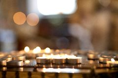 Bożenarodzeniowe świeczki pali przy nocą Obraz Stock
