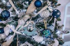 Bożenarodzeniowe błękitne i białe dekoracje na choince, płatek śniegu piłek girlandy, zbliżenie tekstury tło fotografia royalty free
