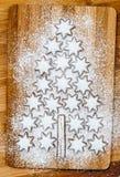 Bożenarodzeniowe ciastko cynamonu gwiazdy na drewnianym tle obraz stock